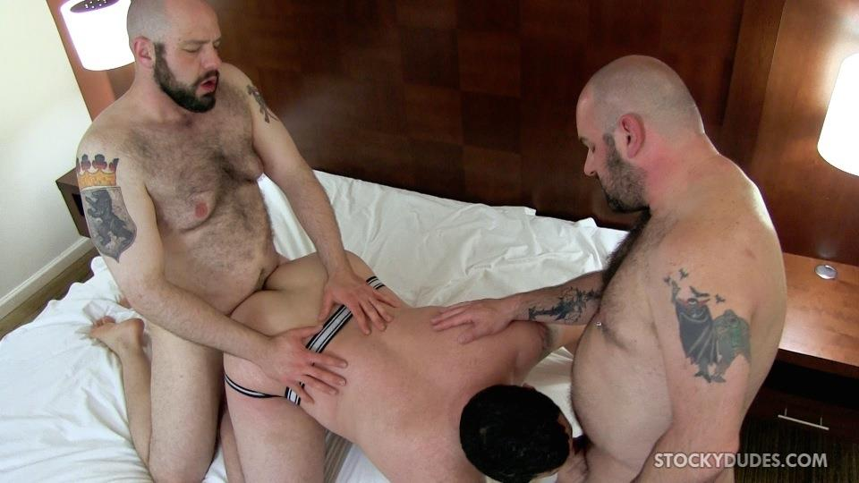 Stocky-Dude-Skotts-Sex-Tape-Threeway-Chubby-Guys-Bareback-Sex-Amateur-Gay-Porn-09 Amateur Chubby Bear Bareback Threesome With 2 Daddies and 1 Cub